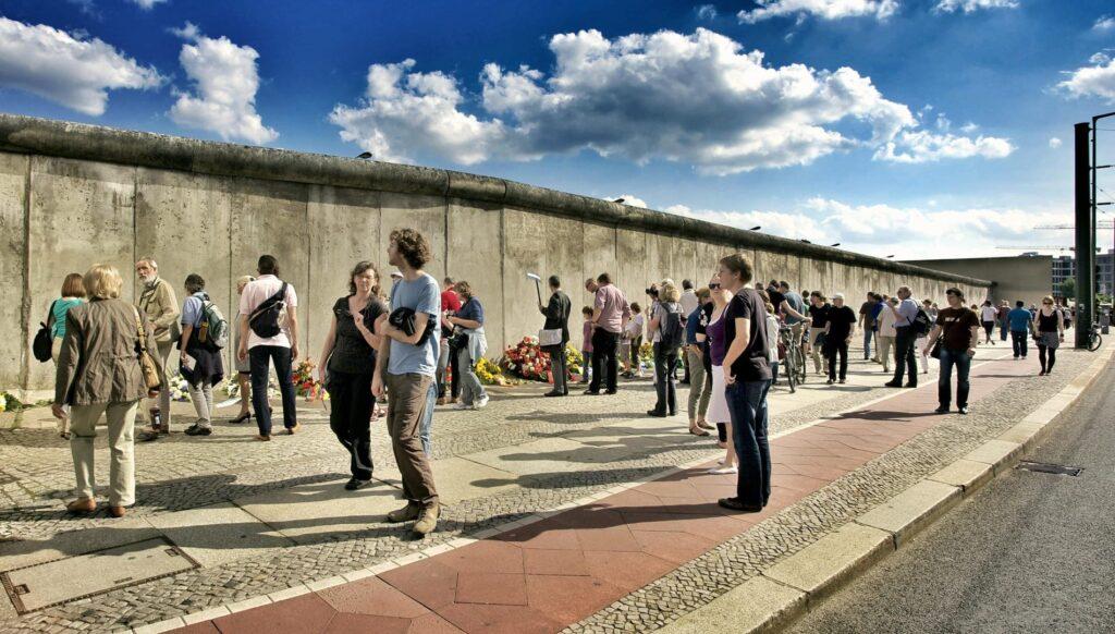 togrejse-berlin-studietur-berlinmuren-mennesker-alfa-travel