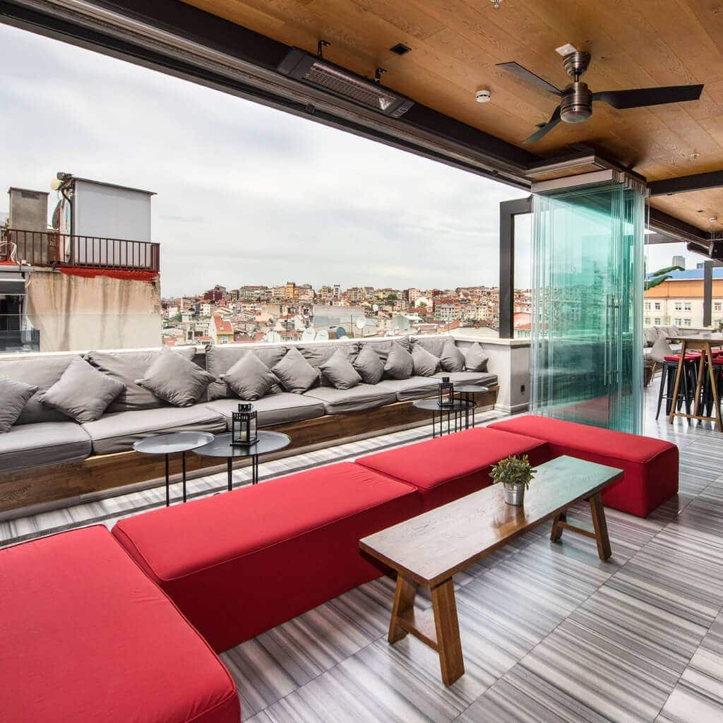 Bunk Hostel - Istanbul - studierejse - AlfA Travel - terrace - bar - udsigt
